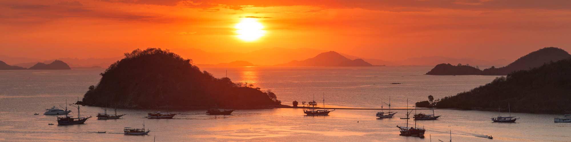 Vista del atardecer de Labuan Bajo puerto de Flores, Indonesia - El Pais Viajes
